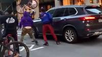 Sekelompok Pesepeda Ini Menghancurkan BMW X5 di Jalan Raya (Carscoops)