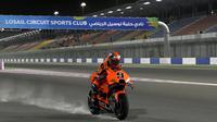 Pembalap Tech3 KTM Factory Racing Team, Danilo Petrucci tampak mengaspal di trek berdebu pada hari terakhir tes pramusim MotoGP 2021 di Sirkuit Losail, Qatar, Sabtu (13/03/2021) dini hari WIB.