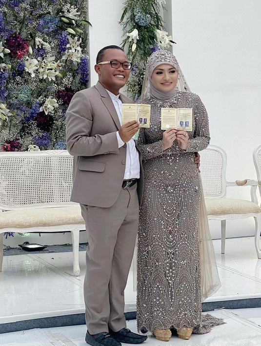 Komedian Sule kini tangah berbahagia. Pasalnya, ia telah resmi menikahi sang kekasih, Nathalie Holscher. Minggu (15/11/2020), keduanya resmi menikah di hadapan keluarga dan sahabat terdekat. (Instagram/ferdinandsule)