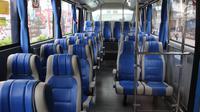 Bagian dalam bus TransJabodetabek Premium di Mega City, Bekasi Barat, Senin  (12/3). Bus premium tersebut menggunakan tempat duduk dari busa yang lebar dengan konfigurasi menghadap depan untuk kenyamanan. (Liputan6.com/Arya Manggala)