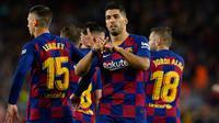Luis Suarez mempersembahkan golnya ke gawang Valencia untuk anak dari mantan pelatih Barcelona, Luis Enrique. (AFP/Pau Barrena)
