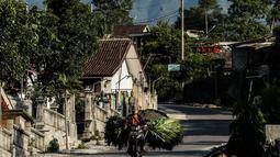 Aktivitas warga di bawah kaki Gunung Merapi, Desa Glagaharjo, Kecamatan Cangkringan, Sleman, Jawa Tengah, Kamis (19/11/2020). Semenjak diumumkan statusnya naik menjadi siaga, Gunung Merapi terpantau terus mengalami peningkatan aktivitas. (Liputan6.com/JohanTallo)