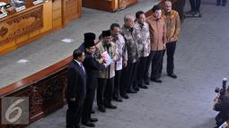 Wakil Ketua DPR Taufik Kurniawan menerima laporan dari Ketua BPK Harry Azhar Azis saat Rapat Paripurna ke-24, Jakarta, Selasa (12/4).  Rapat membahas Penyampaian Ikhtisar Hasil Pemeriksaan Semester II Tahun 2015. (Liputan6.com/Johan Tallo)