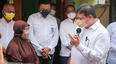 Menteri Koordinator Bidang Perekonomian Airlangga Hartarto mengunjungi salah satu kelompok pemberdayaan masyarakat yakni UMKM usAHAdi Kota Surakarta.