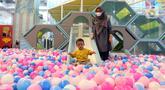 Pengunjung bermain mandi bola di wahana permainan Lotte Shopping Avenue, Jakarta, Rabu (20/10/2021). Pemerintah kembali melakukan penyesuaian aktivitas masyarakat yang mulai dapat diberlakukan pada periode PPKM. (Liputan6.com/Herman Zakharia)