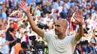 Pelatih Manchester City, Pep Guardiola, merayakan gelar juara usai mengalahkan Chelsea pada laga Community Shield di Stadion Wembley, London, Minggu (5/8/2018). Man City menang 2-0 atas Chelsea. (AFP/Glyn Kirk)