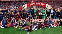 Para pemain Barcelona melakukan selebrasi dan foto bersama piala usai menjuarai Copa del Rey di Stadion Vicente Calderon, Madrid, (23/5). Barcelona menang atas Sevilla dengan skor 2-0. (Reuters / Sergio Perez)