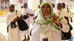 Jemaah haji asal Bangladesh tiba di Bandara King abdul Aziz, Jeddah, Arab Saudi, Minggu (7/7/2019). Menunaikan ibadah haji merupakan rukun islam ke-5 dan dianggap pondasi wajib bagi orang-orang beriman yang mampu dan merupakan dasar dari kehidupan Muslim. (Amer HILABI/AFP)