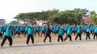 Menteri Kesehatan Terawan Agus Putranto terlihat bersemangat mengikuti senam pagi bersama santri dan keluarga besar Universitas Darussalam (Unida) Gontor, Ponorogo, Jawa Timur pada Sabtu, 23 November 2019. (Liputan6.com/Giovani Dio Prasasti)
