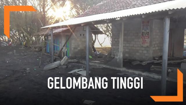 Gelombang tinggi menerjang kawasan wisata Pantai Trisik, Kulon Progo. Sejumlah warung dan fasilitas umum rusak dihantam gelombang setinggi 4-6 meter itu.