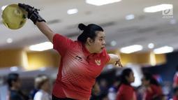 Atlet bowling Indonesia, Elsa Maris bersiap melempar bola saat tampil pada cabang tenpin bowling TPB 4 di Jaya Ancol Bowling Center, Jakarta, Selasa (9/10). Elsa Maris menyumbang medali emas keenam untuk Indonesia. (Bola.com/Vitalis Yogi Trisna)