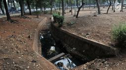 Kondisi saluran air di Taman Jatinegara, Jakarta, Senin (16/9/2019). Kondisi taman kota di Jakarta Timur ini sangat memprihatinkan, terlihat dari berbagai fasilitas yang rusak akibat tidak terawat, seperti bangku, lampu, pepohonan, akses jalan, toilet, dan pagar taman. (merdeka.com/Iqbal S. Nugroho)