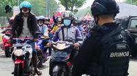 Warga Madura demo meminta pos penyekatan Suramadu dibubarkan. (Dian Kurniawan/Liputan6.com)