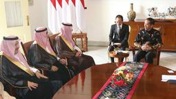 Presiden Joko Widodo berbincang dengan Menteri Luar Negeri Arab Saudi Adel bin Al-Jubeir dan rombongannya di Istana Kepresidenan Bogor, Senin (22/10). (Liputan6.com/Angga Yuniar)