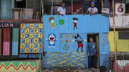 Warga berbincang di rumahnya yang dihiasi dengan pesan mural Lawan Virus Corona di Lapangan Bulutangkis, Kampung Kali Pasir, Jakarta, Selasa (7/4/2020). Pesan mural mengajak warga untuk memutus rantai penyebaran Corona Covid-19 dengan tidak beraktivitas di luar rumah. (Liputan6.com/Fery Pradolo)