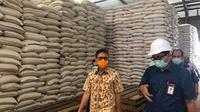 Gubernur Sumbar Irwan Prayitno meninjau gudang Bulog provinsi setempat.