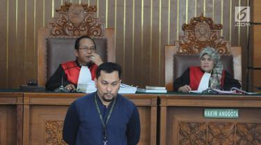 Penyanyi sekaligus dokter bedah plastik Tompi saat menjadi saksi sidang lanjutan kasus berita bohong Ratna Sarumpaet  di PN Jakarta Selatan, Selasa (23/4). Tompi hadir atas undangan PN Jaksel sebagai saksi fakta. (Liputan6.com/Herman Zakharia)