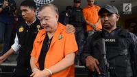 Tim Satgas Antimafia Bola menggiring tersangka dugaan pengaturan skor Tjan Ling Eng alias Johar di Polda Metro Jaya, Jakarta, Rabu (10/4). Polisi akan menyerahkan para tersangka berikut barang buktinya ke kejaksaan untuk segera disidangkan. (merdeka.com/Imam Buhori)