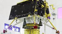 ISRO berharap untuk memeriksa kawah perangkap es cair yang berisi catatan fosil tata surya awal, yang mengarah ke pemahaman tentang evolusi Bulan. Foto ini adalah Vikram yang dipasang di atas Orbiter. (ISRO)