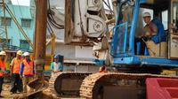 Berputarnya bor yang dikendalikan Direktur Utama PT Elang Medika Corpora (EMC) Andya Daniswara dari ruang kemudi mesin bor, menjadi tanda resmi dibangunnya gedung baru RS EMC Tangerang pada Rabu (4/7/2018) siang. (Foto: Liputan6.com/Benedikta Desideria)