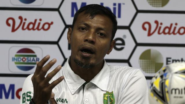 Asisten pelatih Persebaya Surabaya, Bejo Sugiantoro, memberikan keterangan usai melawan Perseru Serui pada laga Piala Presiden 2019. (Bola.com/Yoppy Renato)