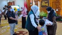 Gubernur Jatim  Khofifah Indar Parawansa memberikan santunan keluarga KRI Nanggala 402. (Dian Kurniawan/Liputan6.com)