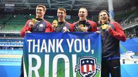 Michael Phelps (dua kanan) berfoto bersama tim AS seusai meraih medali emas pada nomor estafet 4 x 100 meter gaya ganti di Olimpiade Rio, Sabtu (13/8/2016) waktu setempat. (EPA/BERND THISSEN)