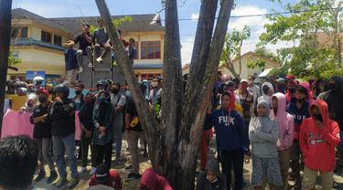 Sidang perdana kasus penganiayaan yang menyeret Bupati Boalemo diwarnai aksi unjuk rasa ratusan demonstran. (Foto: Liputan6.com/Arfandi Ibrahim)