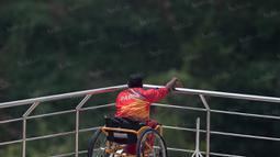 Seorang perenang Papua rileks jelang tampil pada Peparnas XVI di Kolam Renang UPI, Bandung, Kamis (20/10/2016). (Bola.com/Vitalis Yogi Trisna)
