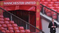 Ole Gunnar Solskjaer tiba di lapangan saat konferensi pers terkait penunjukkan dirinya menjadi pelatih permanen Manchester United di Stadion Old Trafford, Inggris, (28/3). MU mengontrak Solskjaer selama tiga tahun. (AFP Photo/Oli Scarff)