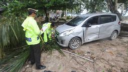 Petugas melakukan identifikasi mobil yang rusak akibat terjangan tsunami di Tanjung Lesung Beach Club, Pandeglang, Banten, selasa (25/12). Indentifikasi dilakukan untuk mencocokan kepemilikan kendaraan dengan para korban tsunami. (Merdeka.com/Arie Basuki)