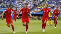 Bek Inggris, Harry Maguire, merayakan gol yang dicetaknya ke gawang Swedia pada laga perempat final Piala Dunia di Samara Arena, Samara, Sabtu (7/7/2018). Inggris menang 2-0 atas Swedia. (AP/Francisco Seco)