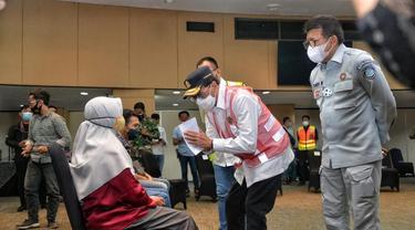 Menhub Budi Karya Sumadi melakukan kunjungan ke Posko Crisis Center bagi Keluarga Korban Sriwijaya Air SJ-182 di Terminal 2D Bandara Internasional Soekarno Hatta, Tangerang, Senin (11/1/2021). (Dok Kemenhub)