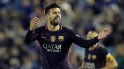 Bek Barcelona, Gerard Pique melakukan selebrasi usai mencetak gol kegawang Celta Vigo pada lanjutan liga Spanyol di Stadion Balaidos, Vigo (3/10).  Celta Vigo berhasil mengalahkan Barcelona dengan skor 4-3. (REUTERS/Miguel Vidal)