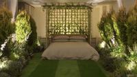 Kamar tidur yang terbentang diatas karpet rumput yang hijau dalam rumah hutan tropis. (foto : boredpanda.com)