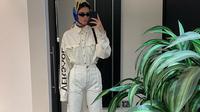 Penampilan Kendal Jenner menggunakan pasangan baju denim putih (dok. instagram @kendalljenner/ https://www.instagram.com/p/BuNL54vjhuu/ Adinda Kurnia)