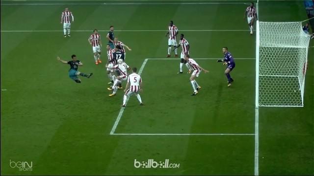 Berita video highlights Premier League 2017-2018 antara Stoke City melawan Southampton dengan skor 2-1. This video presented by BallBall.
