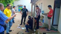 Kepolisian Polsek Cibadak melakukan olah Tempat Kejadian Perkara perampokan. (Liputan6.com/ Istimewa)