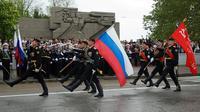 Militer Rusia berparade mengibarkan bendera kebangsaan di ibu kota Moskow (AP)