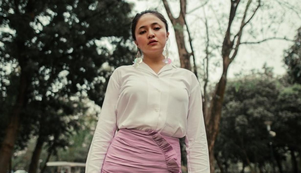 Gaya casual ibu satu anak ini terlihat cocok dengan baju bewarna putih yang dipadukan dengan bawahan merah jambu. Meski sederhana,penampilan wanita 30 tahun ini terlihat manis dan stylish. (Liputan6.com/IG/@marshanda99)