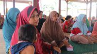 Ibu-ibu penyintas bencana di huntara Soulove menyimak dengan antusias penjelasan dokter tentang virus corona, Kamis (5/3/2020). (Foto: Liputan6.com/Heri Susanto)
