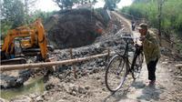 Wagiman, 65, warga Tanggan, Gesi, Sragen, menuntun sepeda saat melewati tanjakan jembatan darurat di sebelah timur Jembatan Tanggan, Senin (11/6 - 2018). (Solopos/Tri Rahayu)
