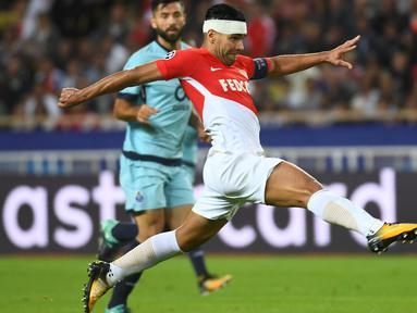 Penyerang Monaco, Radamel Falcao memimpin puncak klasemen top scorer sementara Ligue 1 Prancis dengan koleksi 12 gol. (AFP/Anne-Christine Poujoulat)