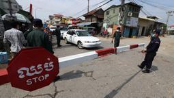 Petugas kepolisian setempat berjaga di jalan yang diblokir dekat bandara Internasional Phnom Penh di Phnom Penh, Kamis (15/4/2021). Pemimpin Kamboja memutuskan untuk lockdown atau karantina Phnom Penh selama dua minggu mulai Kamis (15/4) menyusul kenaikan tajam kasus COVID-19. (AP Photo/Heng Sinith)