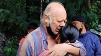 Leonard Barry Weller, turis yang bertahan hidup dengan mengonsusmsi air genangan dari batu saat tersesat di hutan Thailand (dok.YouTube/ NewsRme)