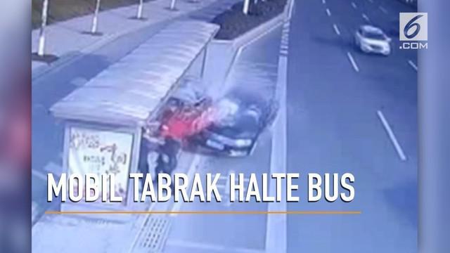 Rekaman video sebuah mobil menabrak halte bus yang menewaskan satu orang.