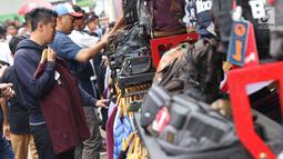 Pengunjung memilih produk yang ditawarkan pada gelaran Jakcloth Year End Sale di Parkir Timur Senayan, Jakarta, Sabtu (22/12). Jakcloth Year End Sale berlangsung 19-23 Desember. (Liputan6.com/Helmi Fithriansyah)