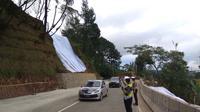 Situasi di Puncak Pass setelah dibuka usai terkena longsor, Sabtu (31/3/2018). (Liputan6.com/Achmad Sudarno)