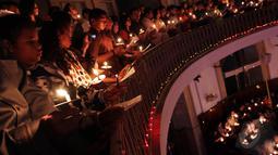 """Umat Kristiani mengikuti misa untuk merayakan natal yang mengambil tema """"Berjumpa Dengan Allah Dalam Keluarga"""", Jakarta, Rabu (24/12/2014). (Liputan6.com/Faizal Fanani)"""
