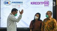 Kepala Divisi Pemasaran Digital PT Askrindo Ardian Brahmana berbincang dengan Direktur Utama KreditPro Adelheid Helena Bokau dan Komisaris Alexander Rusli di sela-sela penandatanganan kerjasama dengan Fintech KreditPro di Jakarta Selasa (27/10/2020). (Liputan6.com/HO/Iqbal)